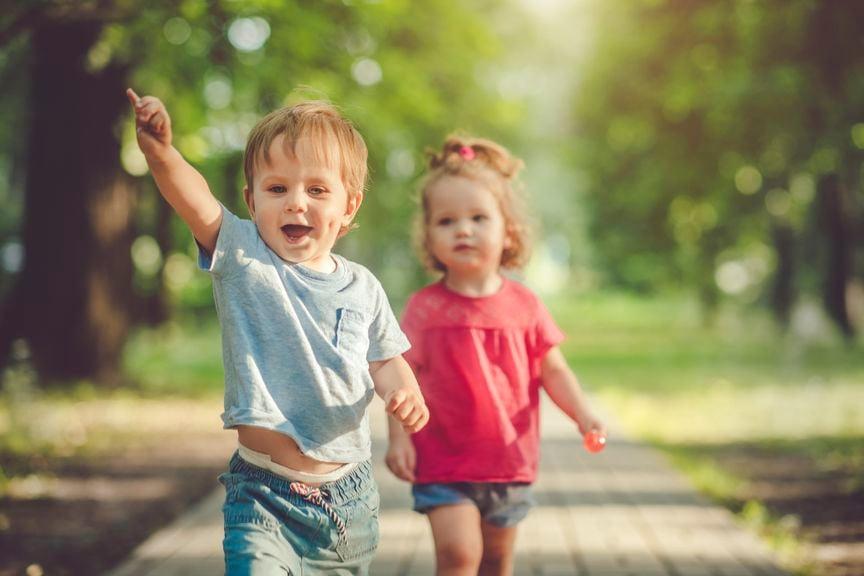 Kinder springen im Freien