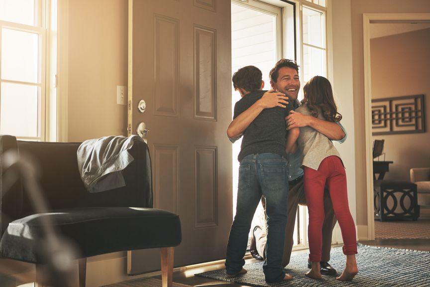 Vater umarmt seine zwei Kinder