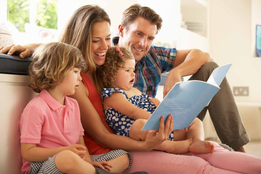 Eltern lesen den Kindern vor