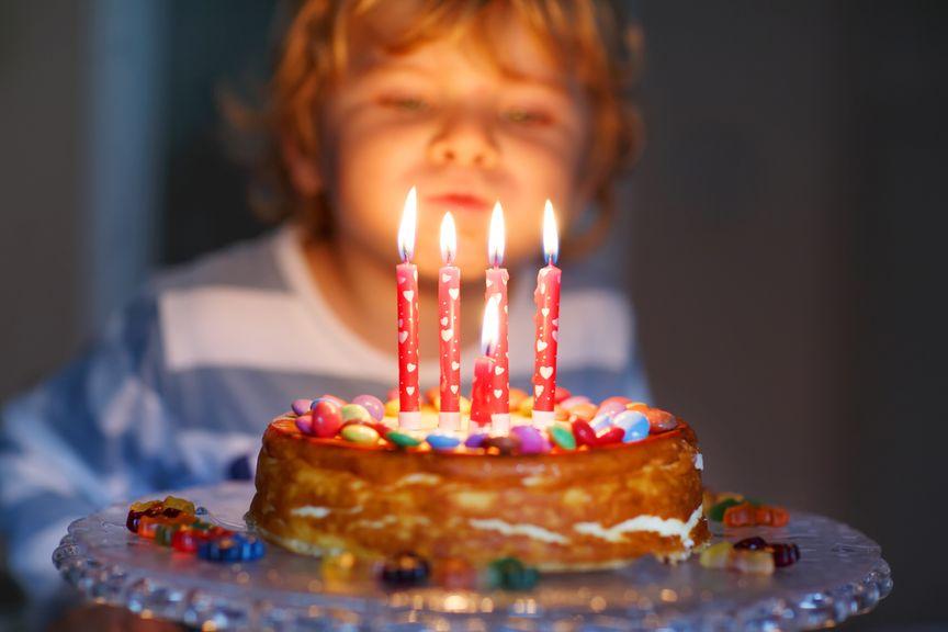 Kind feiert seinen Geburtstag