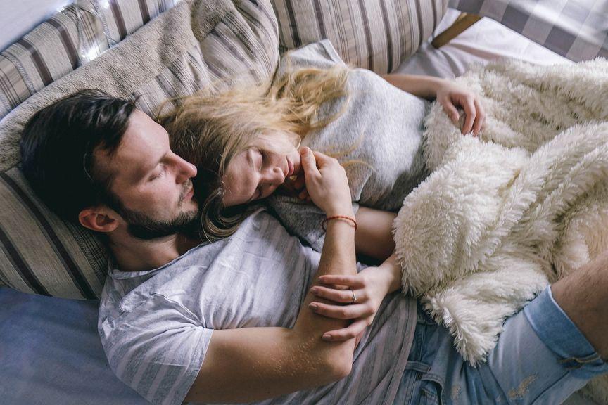Paar kuschelt auf dem Sofa