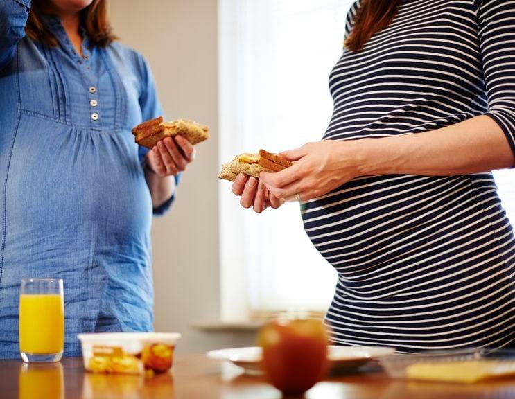 Zwei Schwangere beim Essen