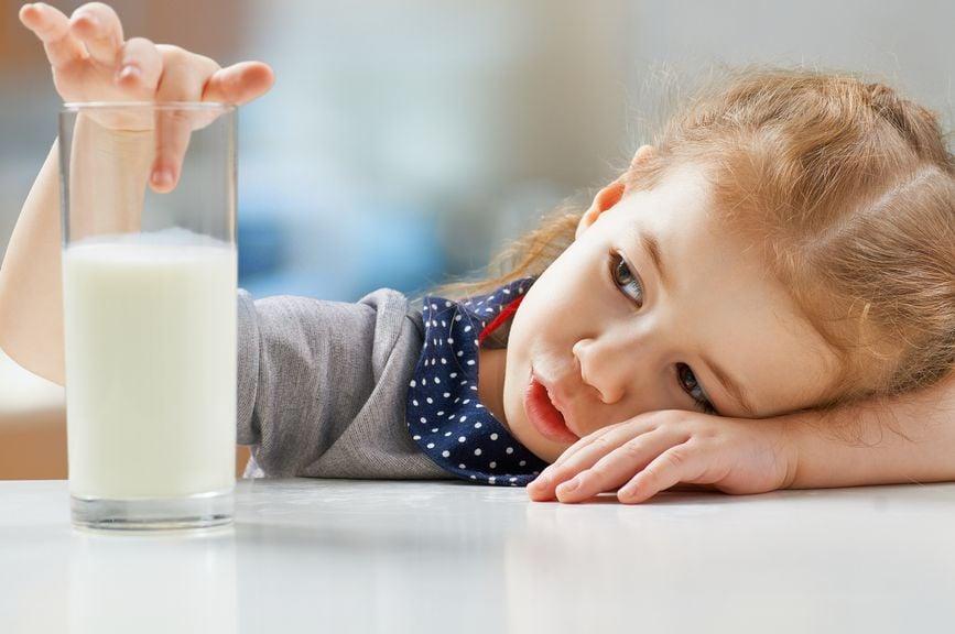 Mädchen mit einem Glas Milch