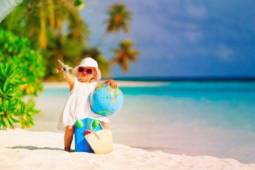 Mädchen am exotischen Strand