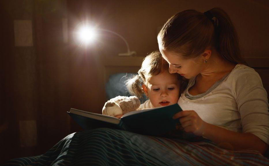 Mitter liest Kind abends vor