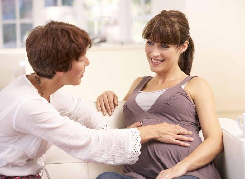 Fachperson tastet Buch der Schwangeren ab