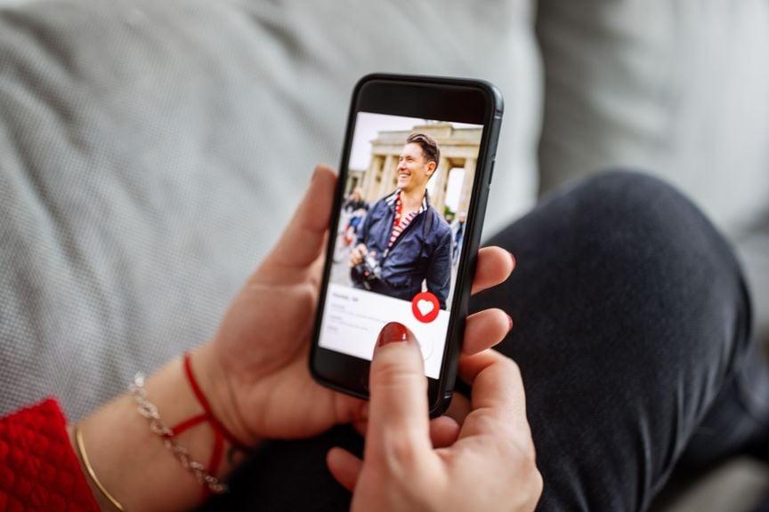 Frau mit dating app auf smartphone