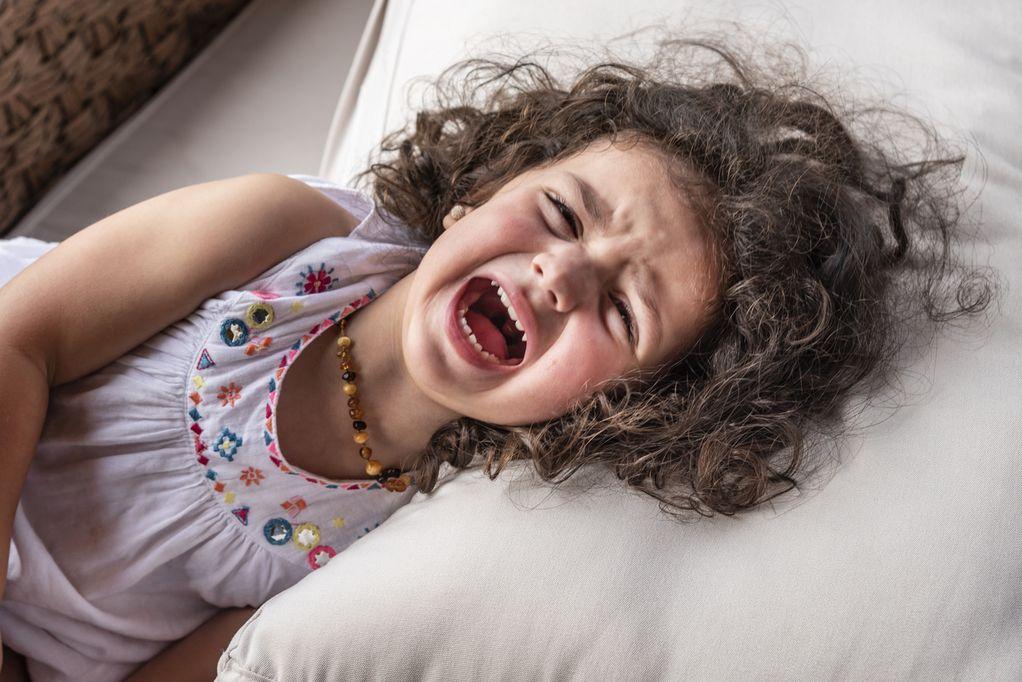Mädchen mit einem Wutanfall weint und schreit