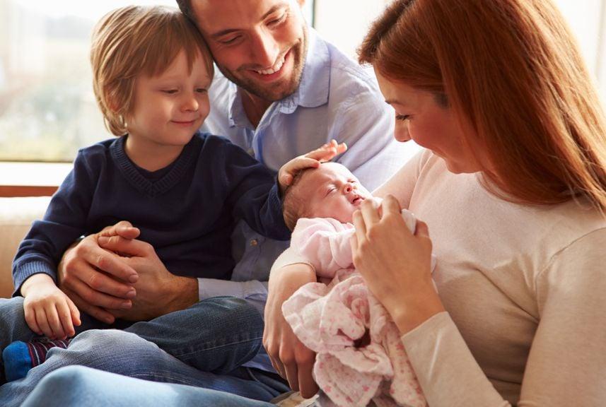 Familie mit dem zweiten Kind,Familie mit Kind und Baby auf dem Sofa