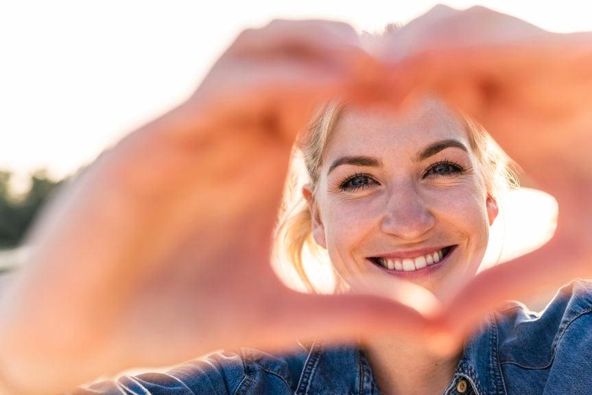 Frau formt mit den Händen ein Herz