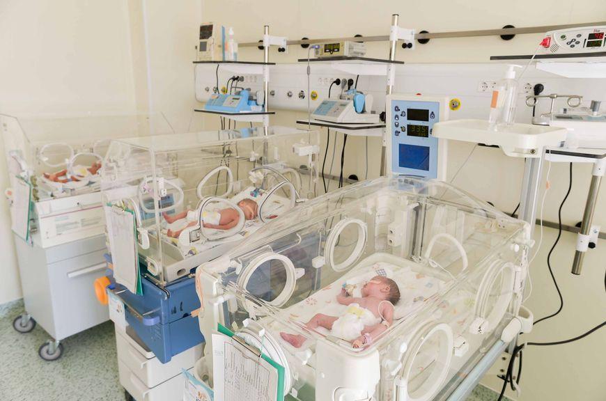 Raum in der Neonatologie mit Inkubator
