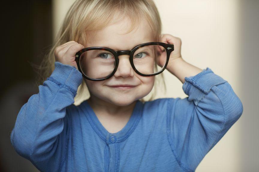 Kind spielt mit Brille