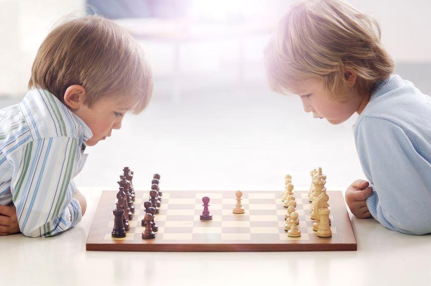 Zwei Kinder spielen Schach