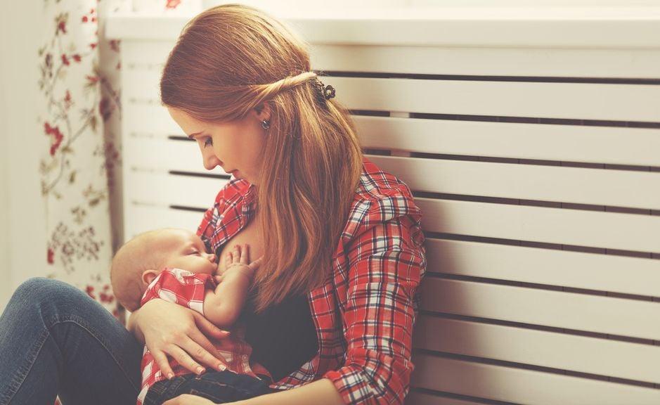 Mutter stillt ihr Baby