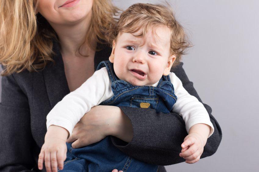 Baby jammert und quengelt auf dem Arm