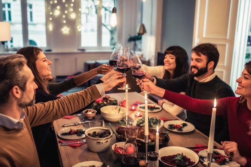 Freunde bei einem Essen mit Wein