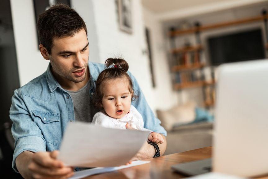 Vater mit Baby und Formularen