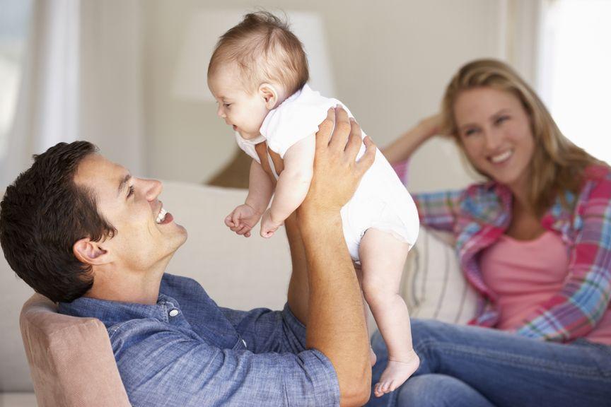 Vater hebt das Baby in die Luft