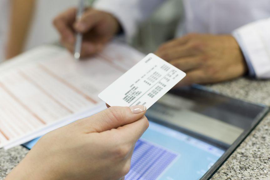 Anmeldung am Empfang mit Krankenkassenkarte