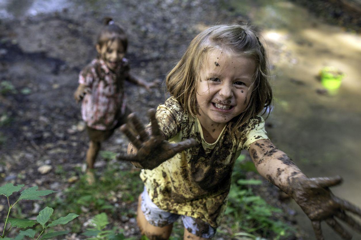 Kinder spielen mit Schlamm