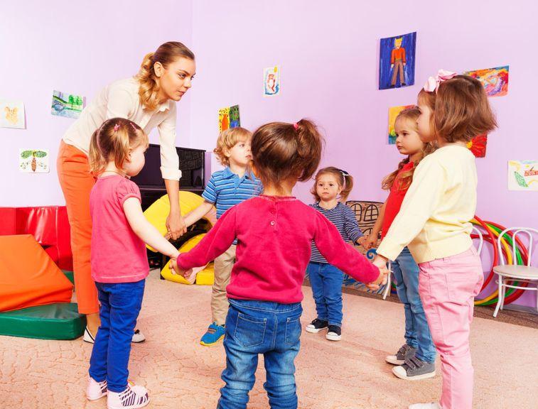 Kinder halten sich an den Händen im Kreis