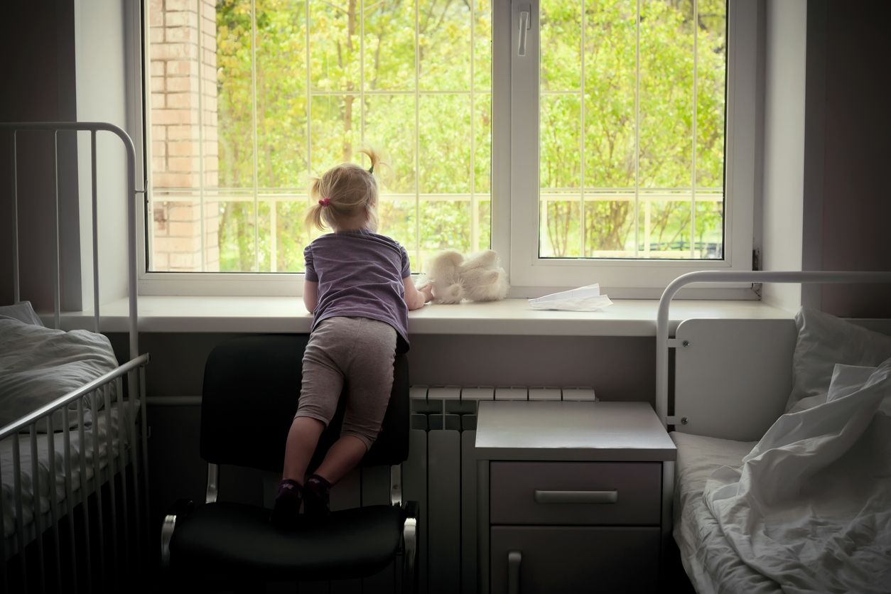 IStock 516037725,Kind schaut aus dem Fenster im Spitalzimmer