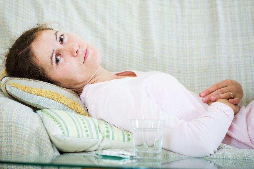 Frau liegt auf dem Sofa