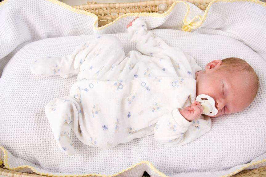Schlafender Säugling mit Nuggi
