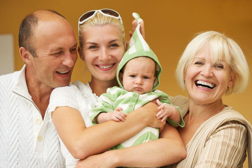 Mutter mit Grosseltern und Baby