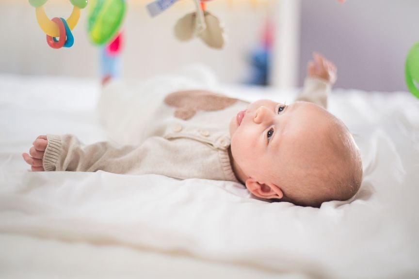 Baby betrachtet ein Mobile