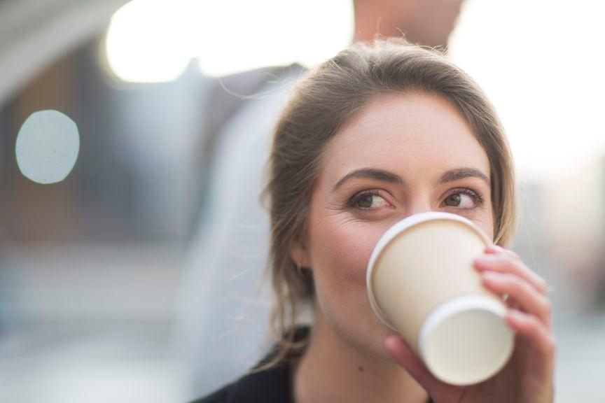 Frau mit einem Kaffee-to-go