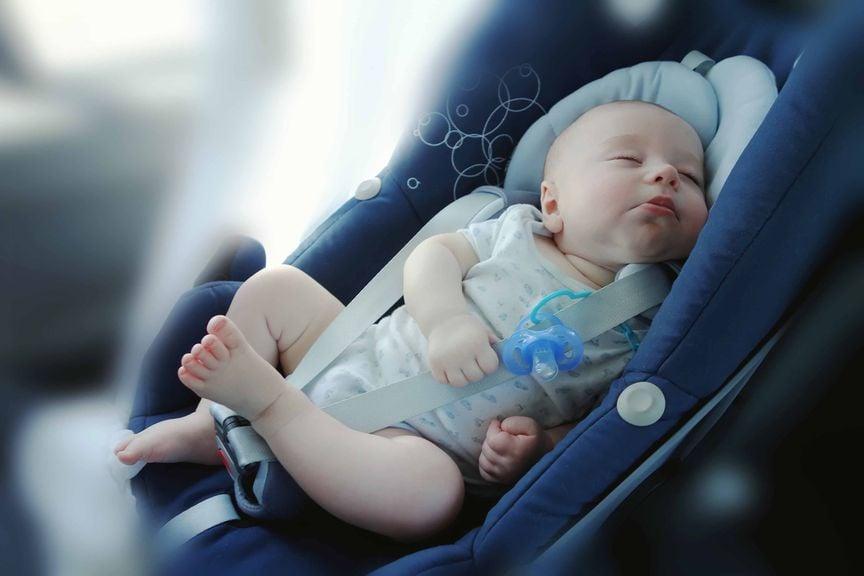 Baby schläft im Maxicosi