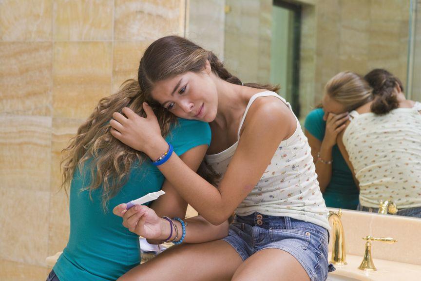 Verzweifelte Teenager mit Schwangerschaftstest