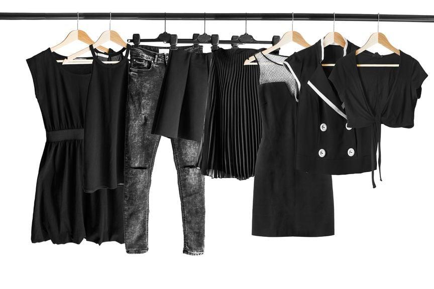 ,Schwarze Kleidung auf Kleiderbügeln