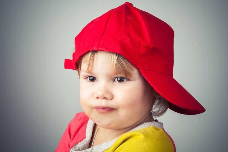 Kind mit roter Kappe