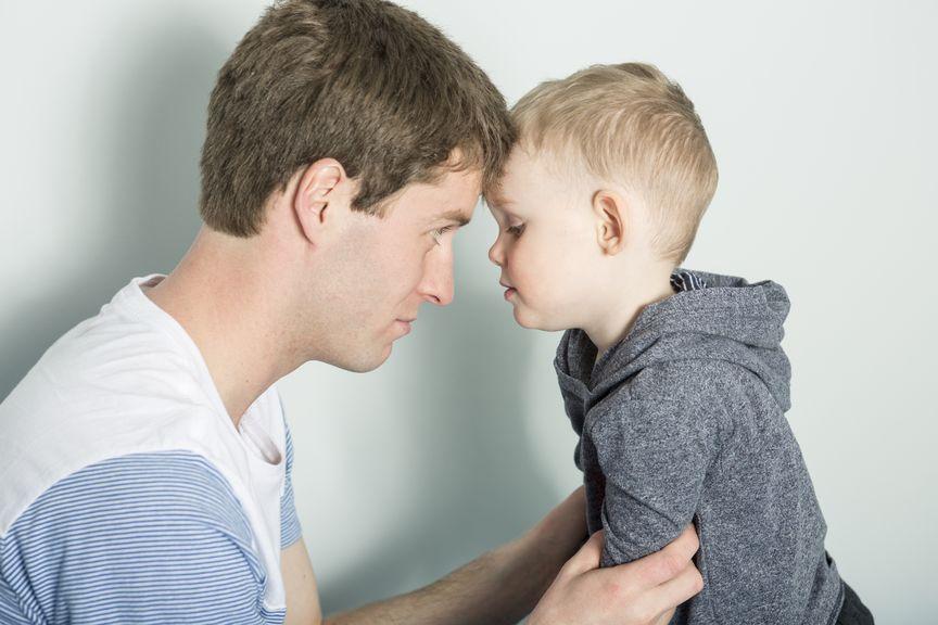 Vater und Sohn, Stirn an Stirn