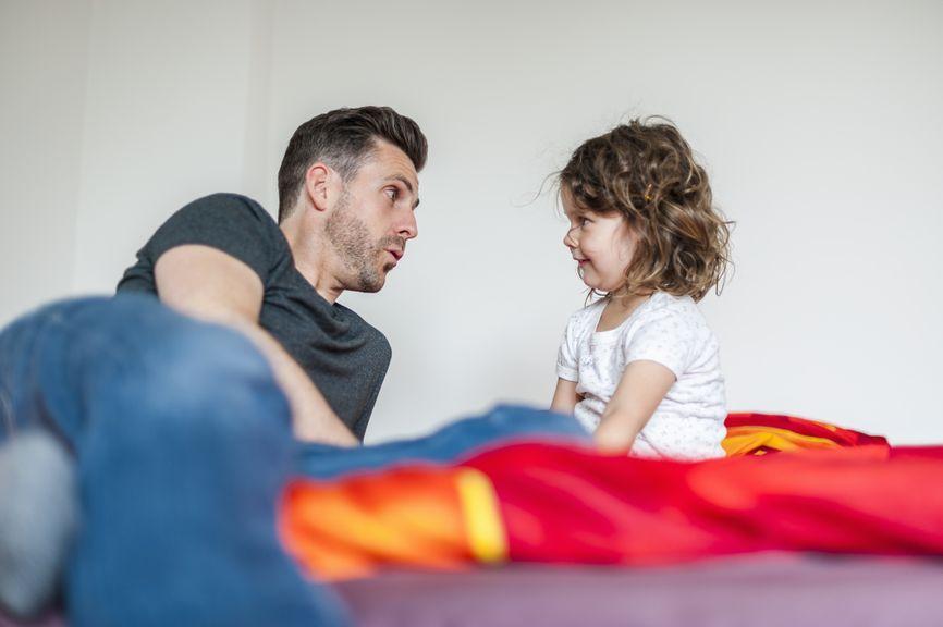 Vater und Tochter unterhalten sich