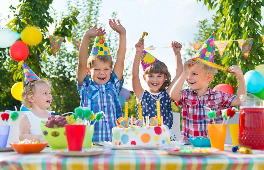 Kinder am Tisch beim Kindergeburtstag