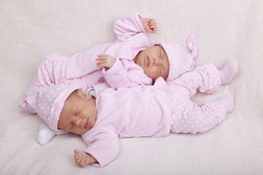 Neugeborene Zwillinge liegen quer zueinander