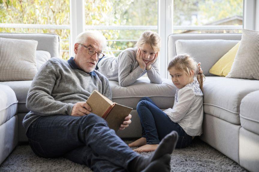 Grossvater liest Enkelinnen vor