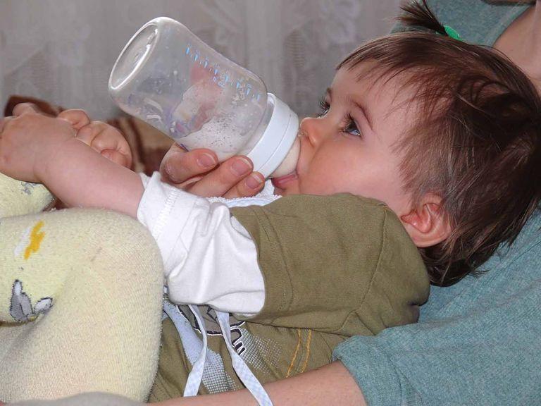 Baby trinkt liegend auf der Mutter