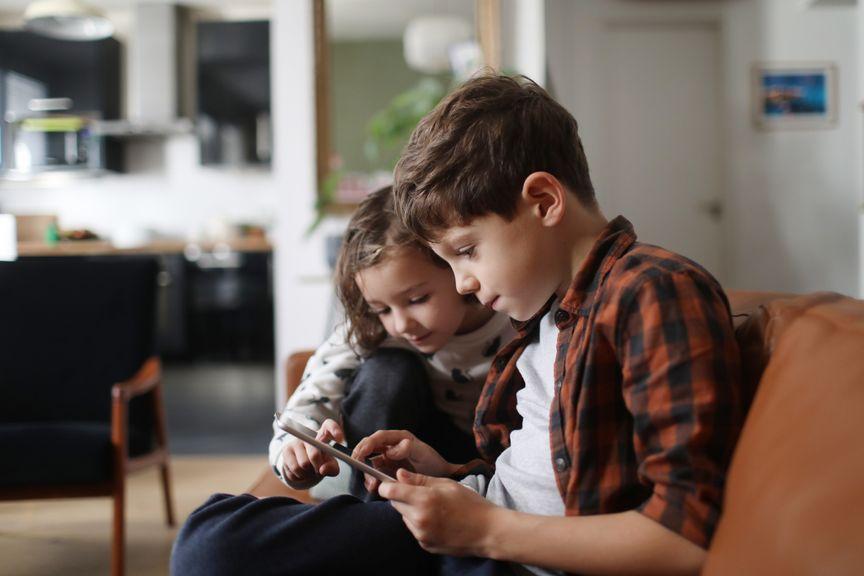 Zwei Kinder mit Tablet