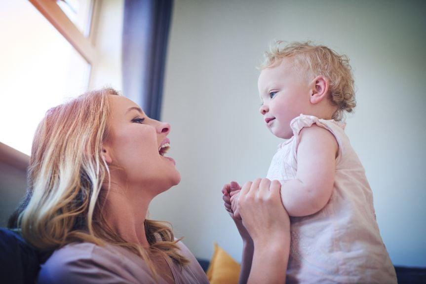 Mutter spricht Baby vor
