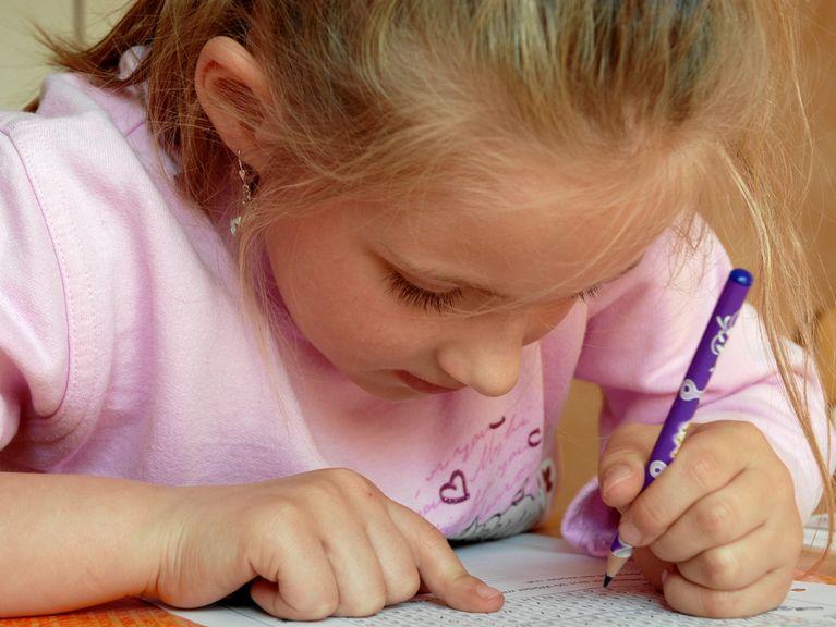 Linkshänderin schreibt die Hausaufgaben