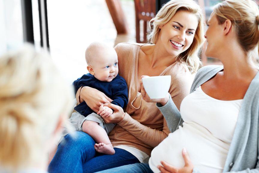 Mutter mit Baby und Schwangere im Gespräch