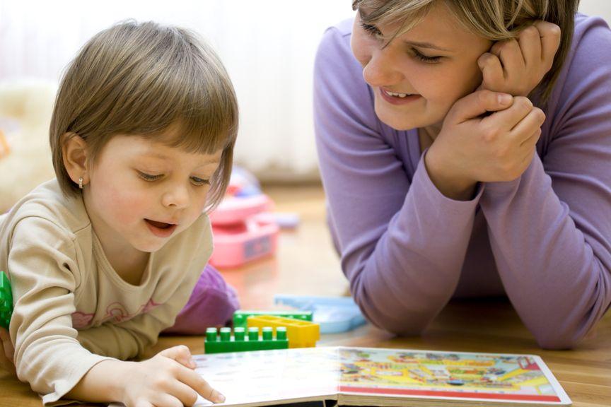 Mutter und Tochter schauen ein Bilderbuch an