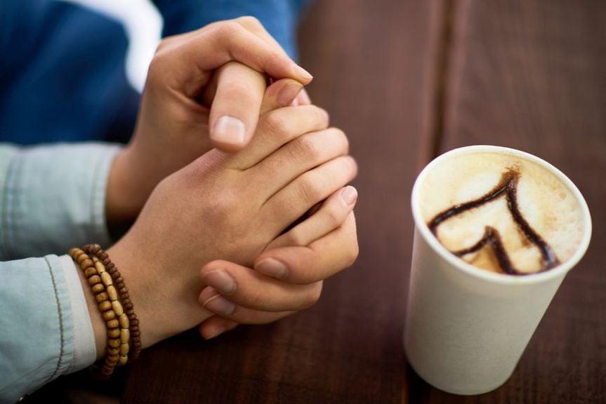 Hände mit Kaffebecher