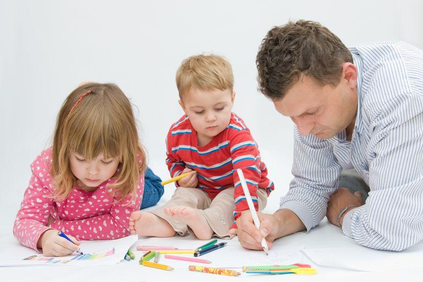 Vater und Kinder malen