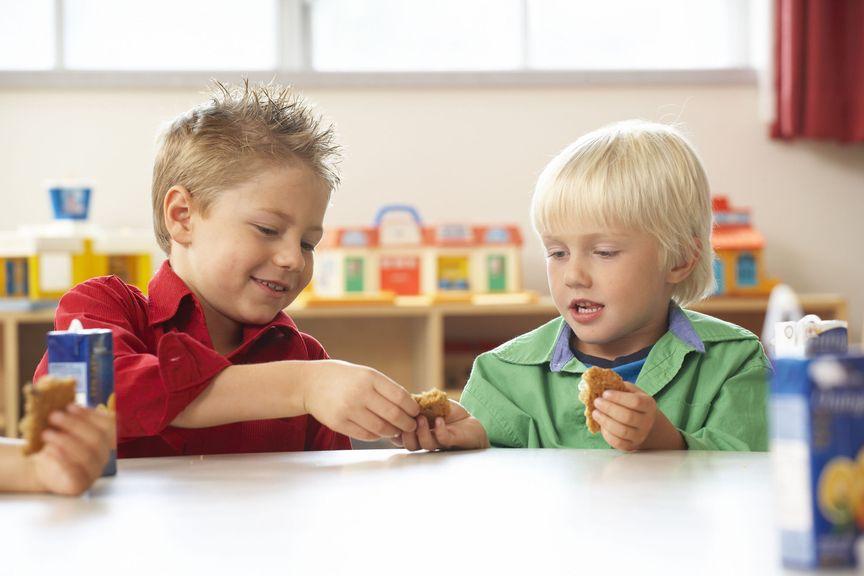Kinder teilen sich das Znüni