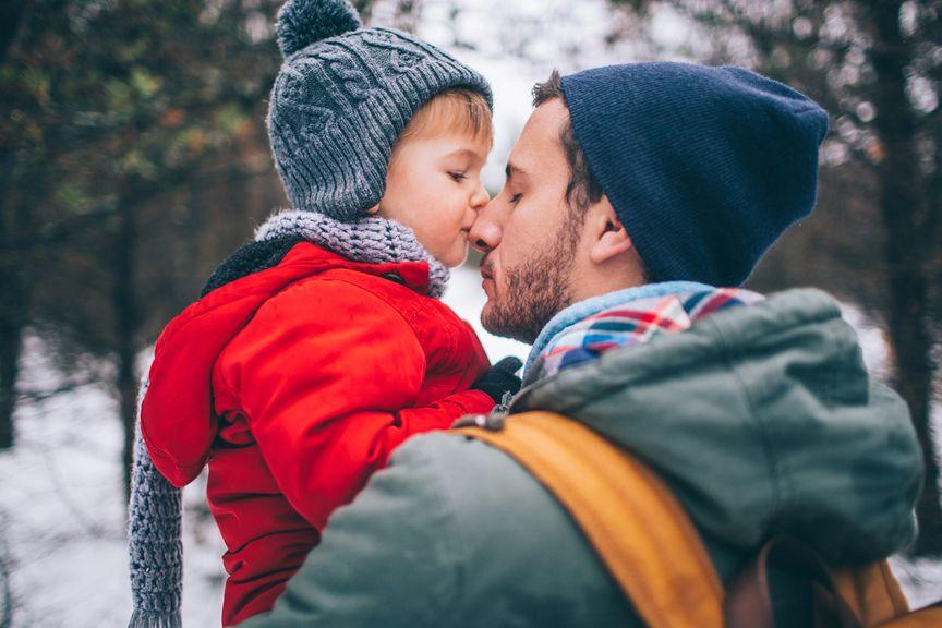 Kind küsst Vater auf die Nase